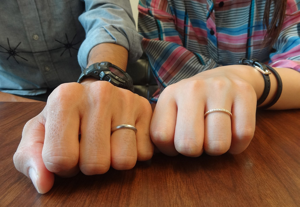 プラチナとピンクゴールドのオーダー結婚指輪の着用例