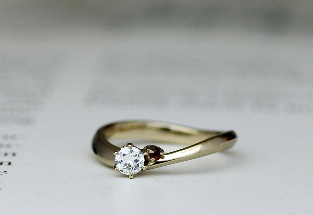 新潟のオーダーメイドジュエリー工房アトリエクラムでオーダーしたウェーブデザインの18金ゴールドの婚約指輪(エンゲージリング)