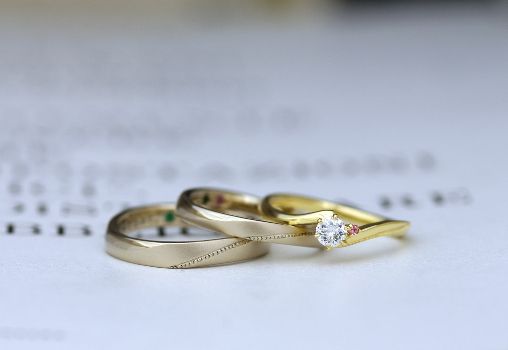 イエローゴールドのエンゲージリング(婚約指輪)とブラウンゴールドのマリッジリング(結婚指輪)のセットリング