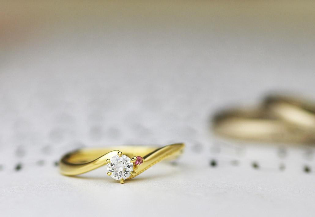 K18イエローゴールドのウェーブデザインの婚約指輪(エンゲージリング)