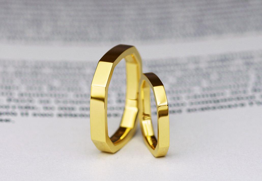 K18イエローゴールド素材の個性的なデザインでおしゃれなフラットタイプのマリッジリング