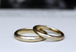 アトリエクラムでおすすめ素材のブラウンゴールドで作られた槌目模様の結婚指輪