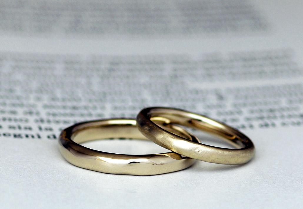ブラウンゴールドの素材を使用した、ぼこぼこと手作り感のあるおしゃれな結婚指輪
