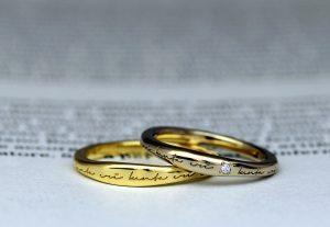 カジュアルな雰囲気が人気のイエローゴールドとブラウンゴールドのポージーリングデザインの結婚指輪