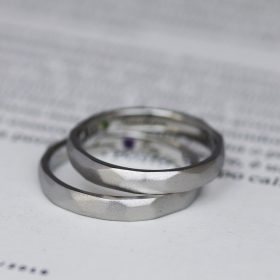 金属アレルギー対応のアレルギーフリー素材『サージカルステンレス』製の槌目模様が入った結婚指輪(マリッジリング)