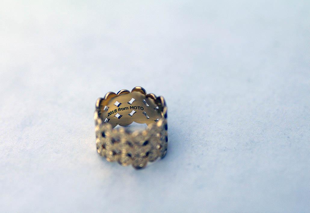 スマイルマークの結婚指輪の内側のレーザー彫刻文字