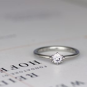 新潟県のブライダルジュエリーショップ『Atelier CraM(アトリエ・クラム)』のオリジナルセミオーダーブランド『Artisan Works(アルティザン・ワークス)』の中にある華奢でシンプルな甲丸形状の婚約指輪(エンゲージリング)