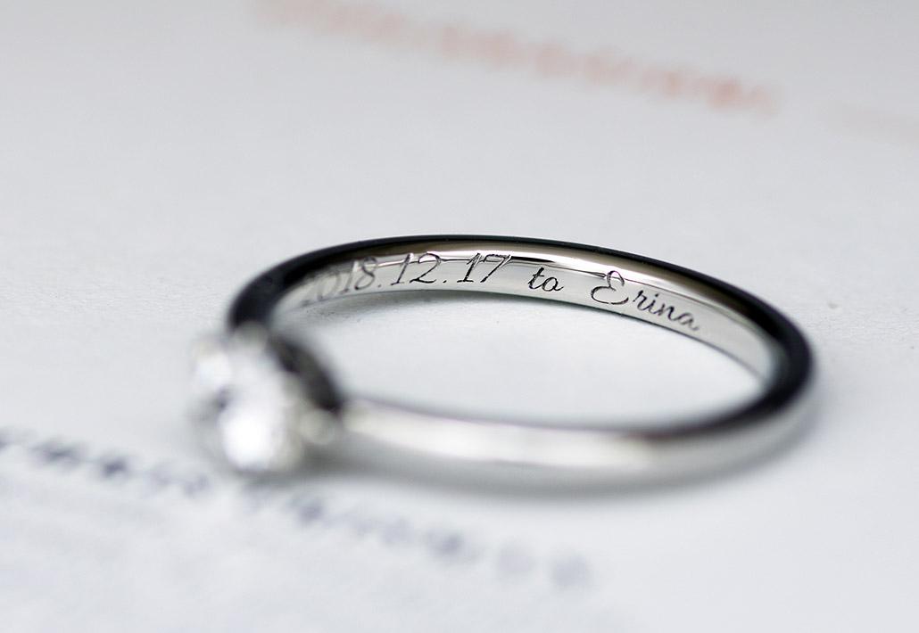 サプライズプロポーズの日付が刻印されたセレクトオーダーメイドデザインの婚約指輪(エンゲージリング)