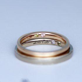 記念日の刻印と誕生石が留まったオーダーメイドの結婚指輪(マリッジリング)