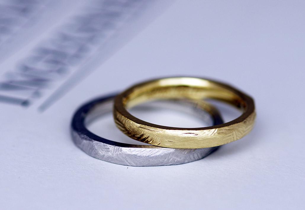 カジュアルでファッショナブルなイエローゴールドとシンプルで高品質なプラチナ950を用いたスクラッチ仕上げの結婚指輪