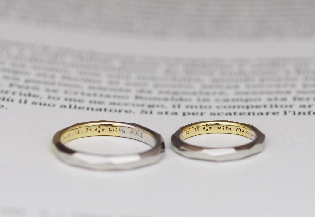 手書きの文字が刻印された結婚指輪(マリッジリング)