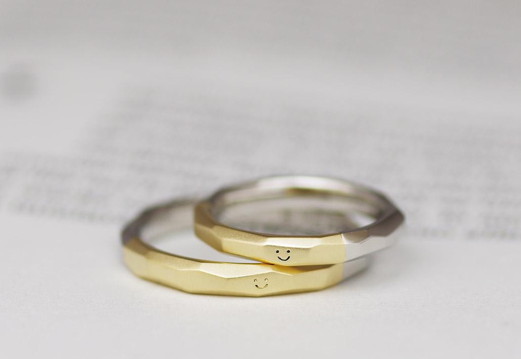 ニコちゃんマーク(スマイル)が描かれた結婚指輪(マリッジリング)