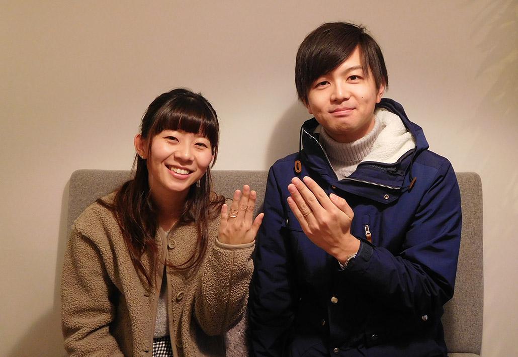アトリエクラム新潟店で結婚指輪(マリッジリング)を受け取るご夫婦