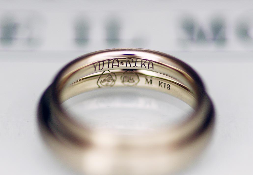 ブライダルジュエリーショップのアトリエクラム長岡店で手作りされたシンプルなデザインの結婚指輪(マリッジリング)の内側に刻印された手書き(直筆)文字のレーザー彫刻