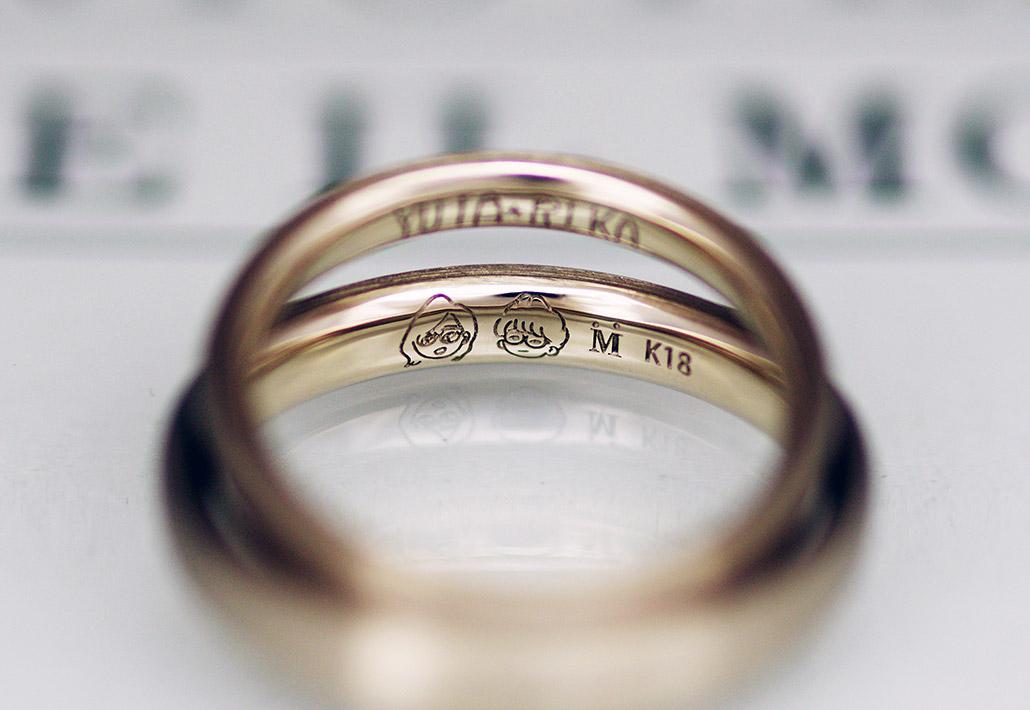 ブライダルジュエリーショップのアトリエクラム長岡店で手作りされたシンプルなデザインの結婚指輪(マリッジリング)の内側に刻印された手描き(直筆)の似顔絵(イラスト)のレーザー彫刻
