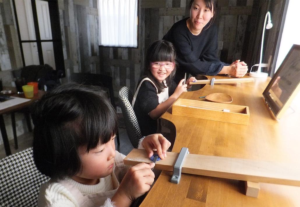 家族で指輪の手作りを楽しむ様子