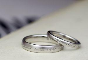 リングの表にぐるっと入った文字がシャレオツな結婚指輪