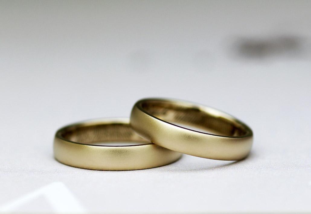 甲丸で極太のK18金素材でオーダーした結婚指輪(マリッジリング)