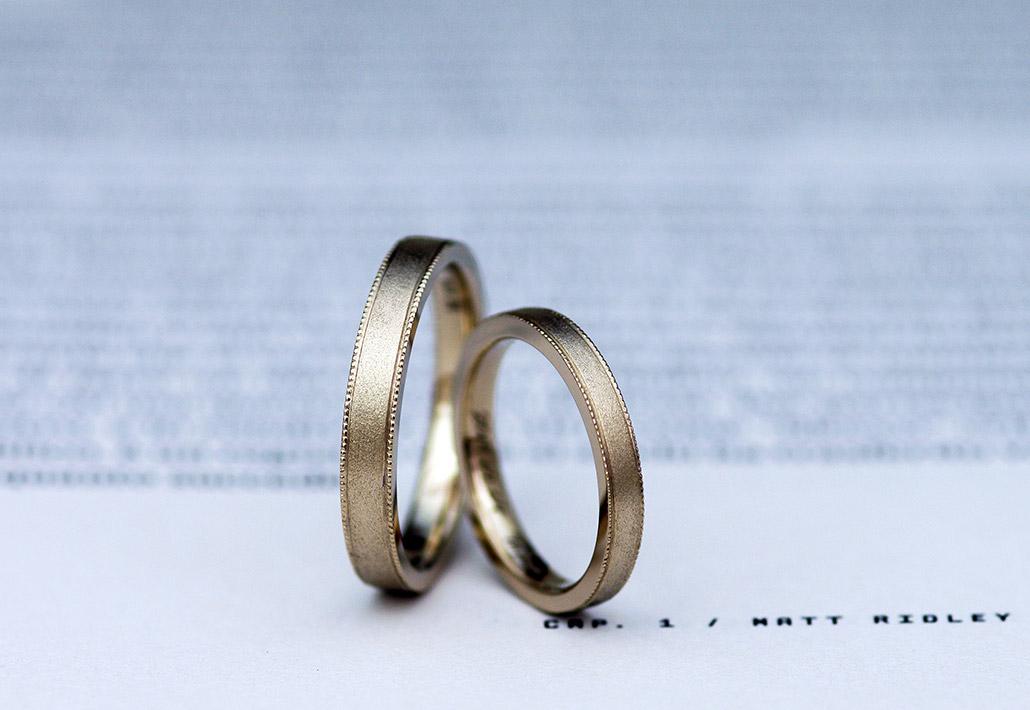両端にミルグレインが入ったマット加工のアンティーク結婚指輪(マリッジリング)