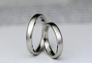 面取り形状のスッキリ感がお洒落なつや消しマット加工の結婚指輪
