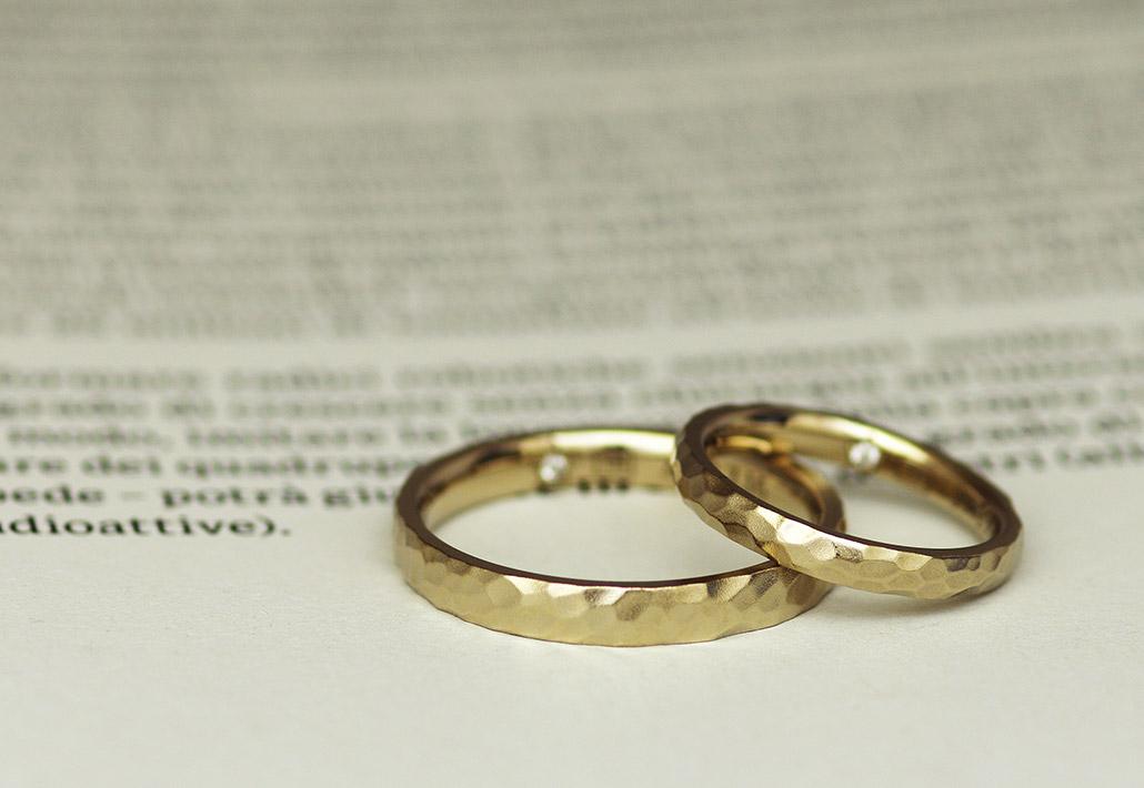 ボコボコとしたつや消し(マット加工)のK18金の結婚指輪(マリッジリング)