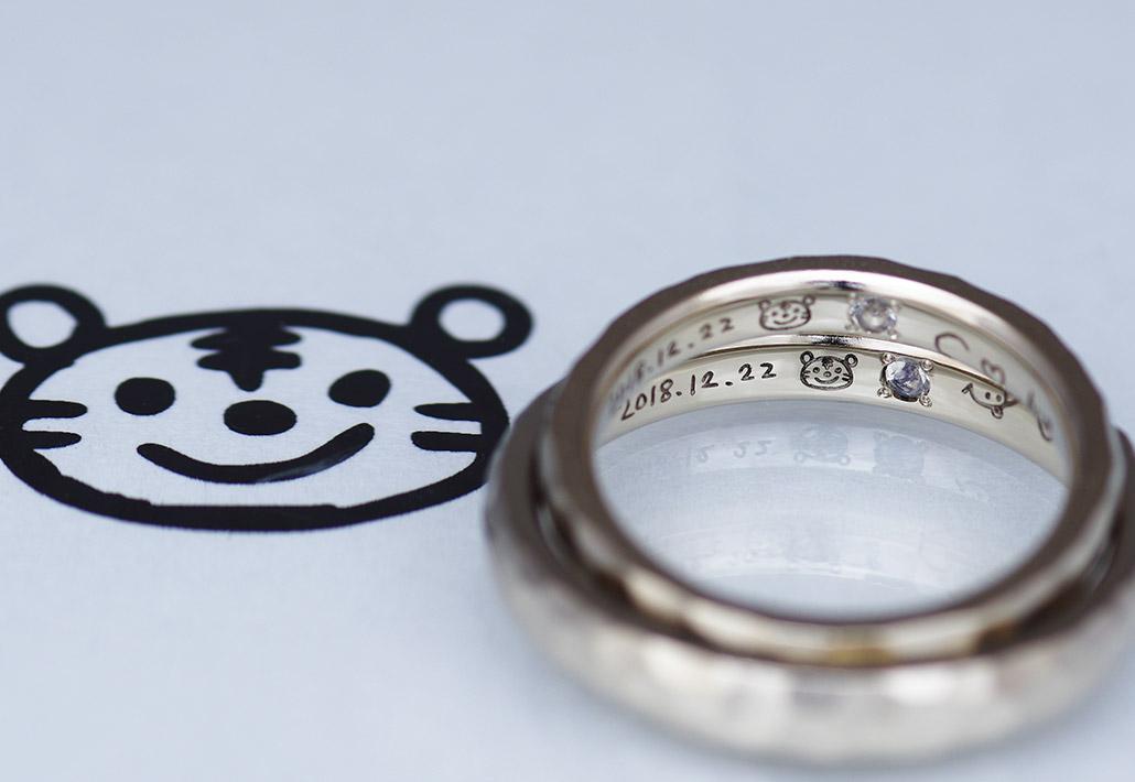 トラのイラストがレーザー刻印された結婚指輪(マリッジリング)
