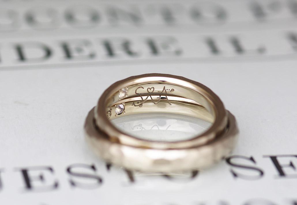 2本の結婚指輪を重ねると1つの手描きのイラストが浮かび上がるデザイン