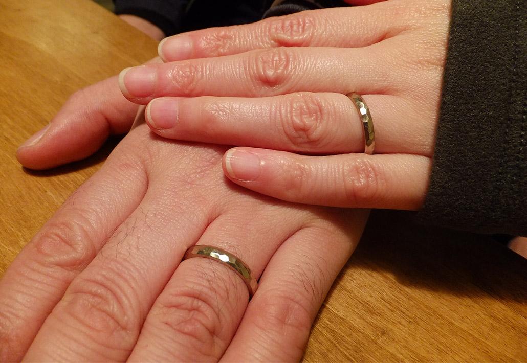 アトリエクラム新潟店で手作りした結婚指輪(マリッジリング)を受け取ったご夫婦