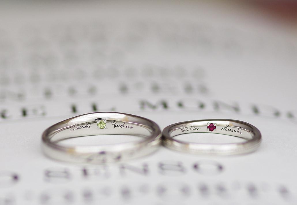 文字の刻印と誕生石がセッティングされた手作りの結婚指輪(マリッジリング)