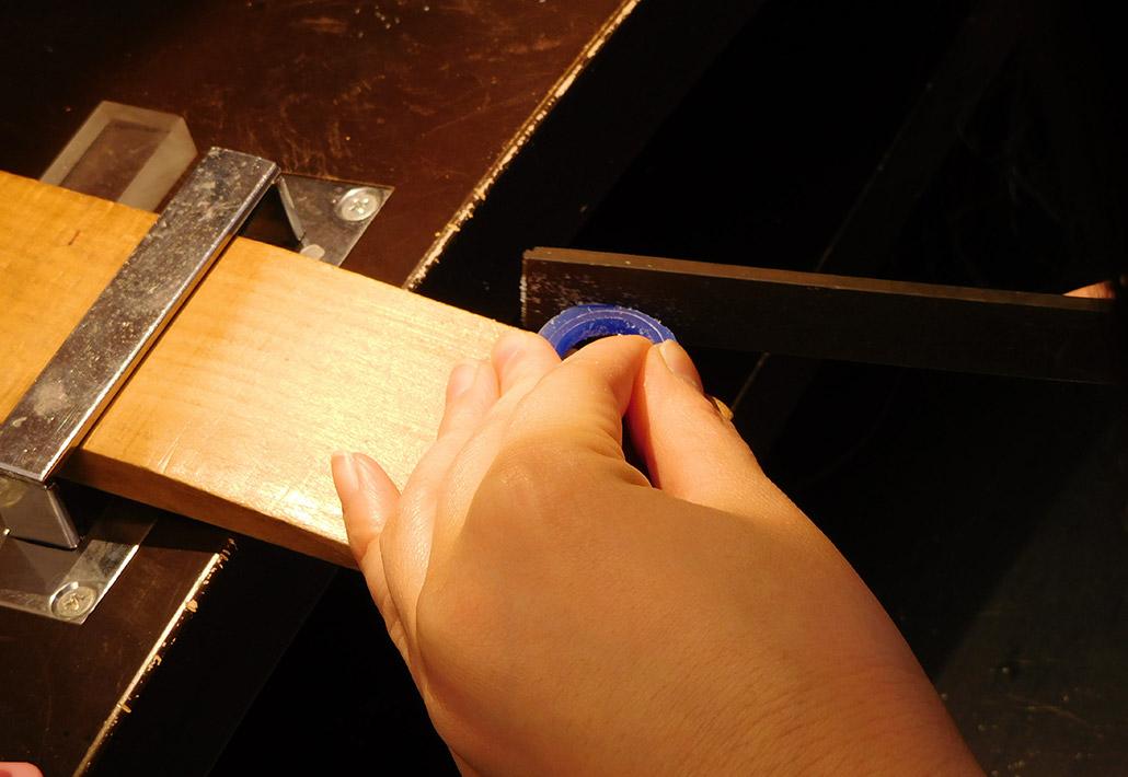 アトリエクラム長岡店で結婚指輪(マリッジリング)を手作りしている様子