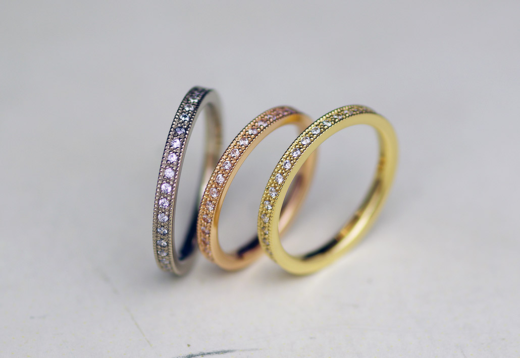 ミル打ち加工の入ったシンプルでアンティークな婚約指輪(エンゲージリング)