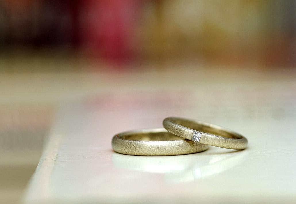 新潟のオーダーメイドブランドのふたりで手作りするアンティークな結婚指輪はレディースにスクエアカットのダイヤを石留め。