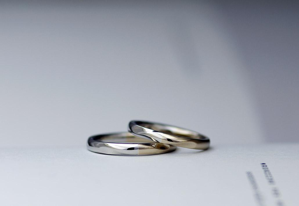 ひねりのデザインが入ったK18ゴールドとプラチナのコンビデザインの結婚指輪(マリッジリング)