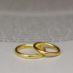K18イエローゴールド素材のシンプルな結婚指輪(マリッジリング)