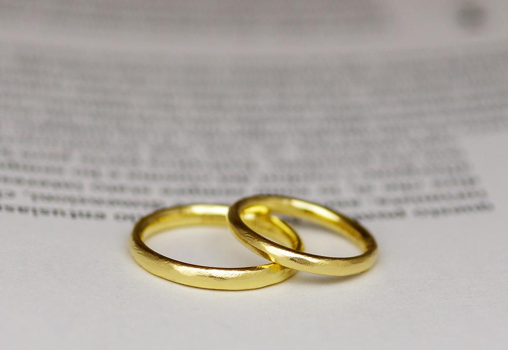 18金のイエローゴールドを使ったシンプルな結婚指輪(マリッジリング)