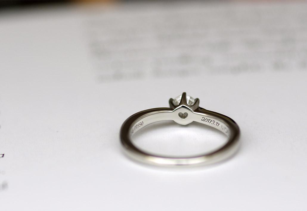ハートの石穴が開いたシンプルだけどかわいい婚約指輪(マリッジリング)