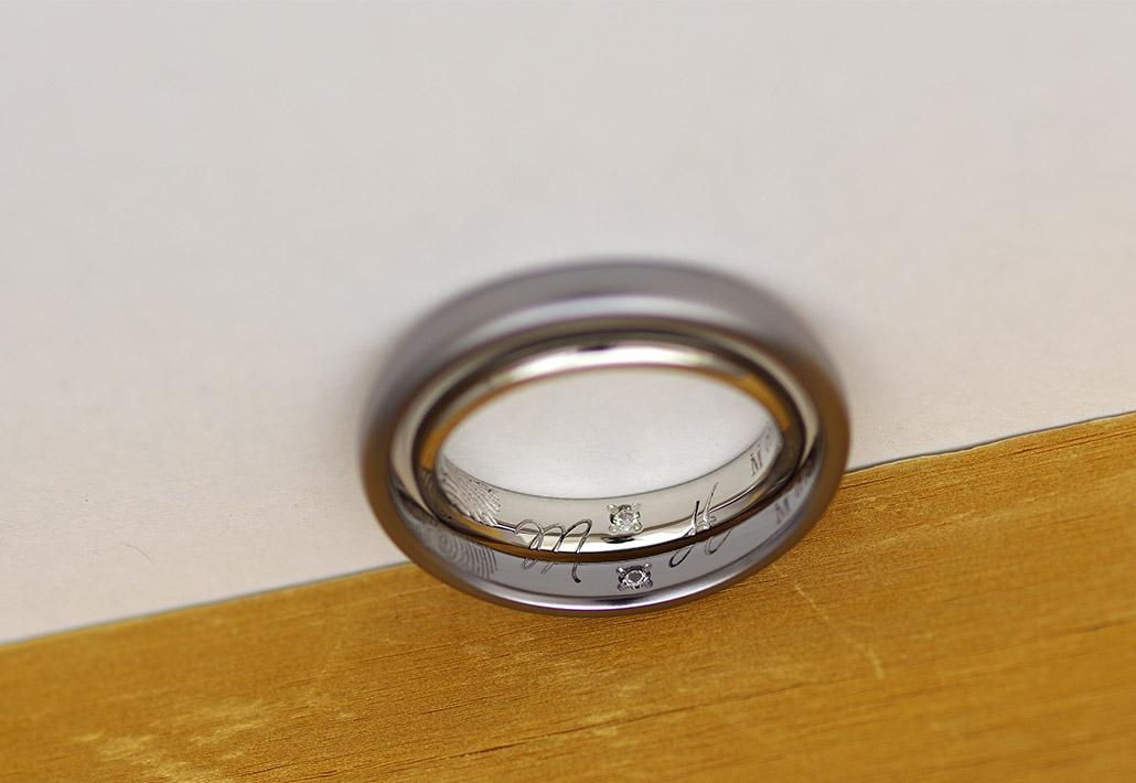 合わせてひとつのイニシャルがレーザー刻印された結婚指輪(マリッジリング)