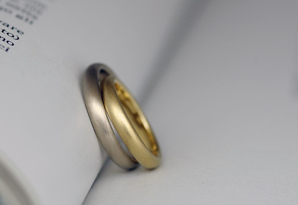 シンプルさが人気のミニマリストのためのミニマリズムなK18ゴールド素材の結婚指輪