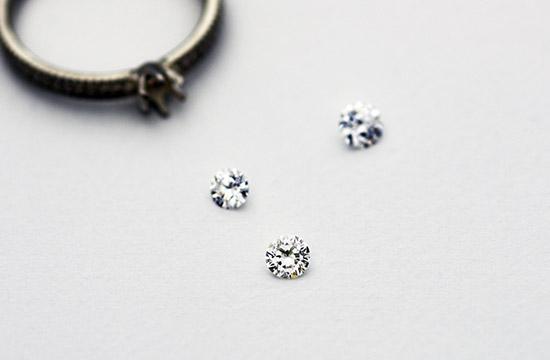 サイズが分からなくても安心のダイヤの粒だけでプロポーズ