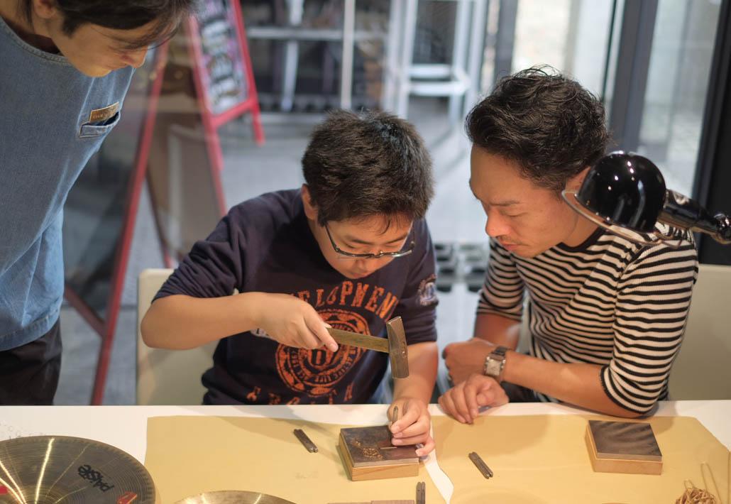 諏訪田製作所で作れるオリジナルキーホルダーのワークショップ