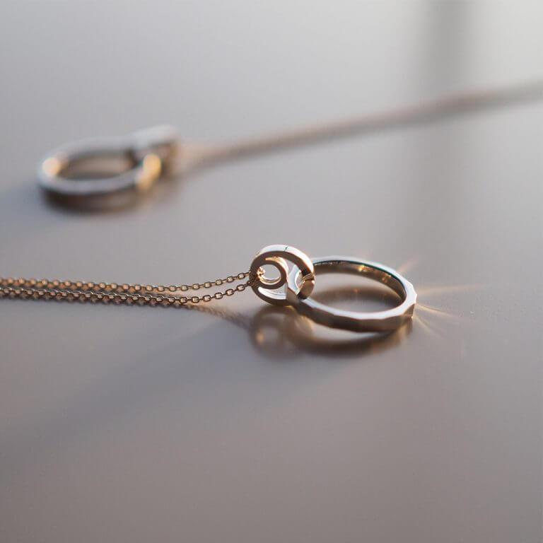 指輪をネックレスにして着けることが出来るリングホルダー