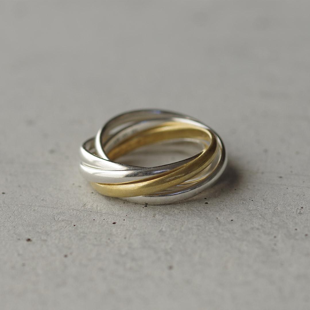 結婚指輪(マリッジリング)と同デザインの5本のリングが連なるお洒落なシルバーリング