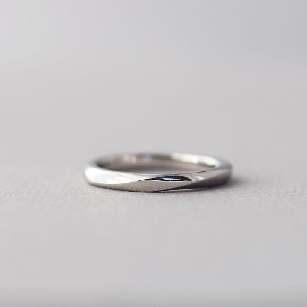 人気の高いひねりデザインの結婚指輪(マリッジリング)