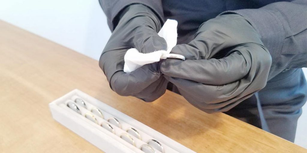 コロナウイルス対策の手袋着用