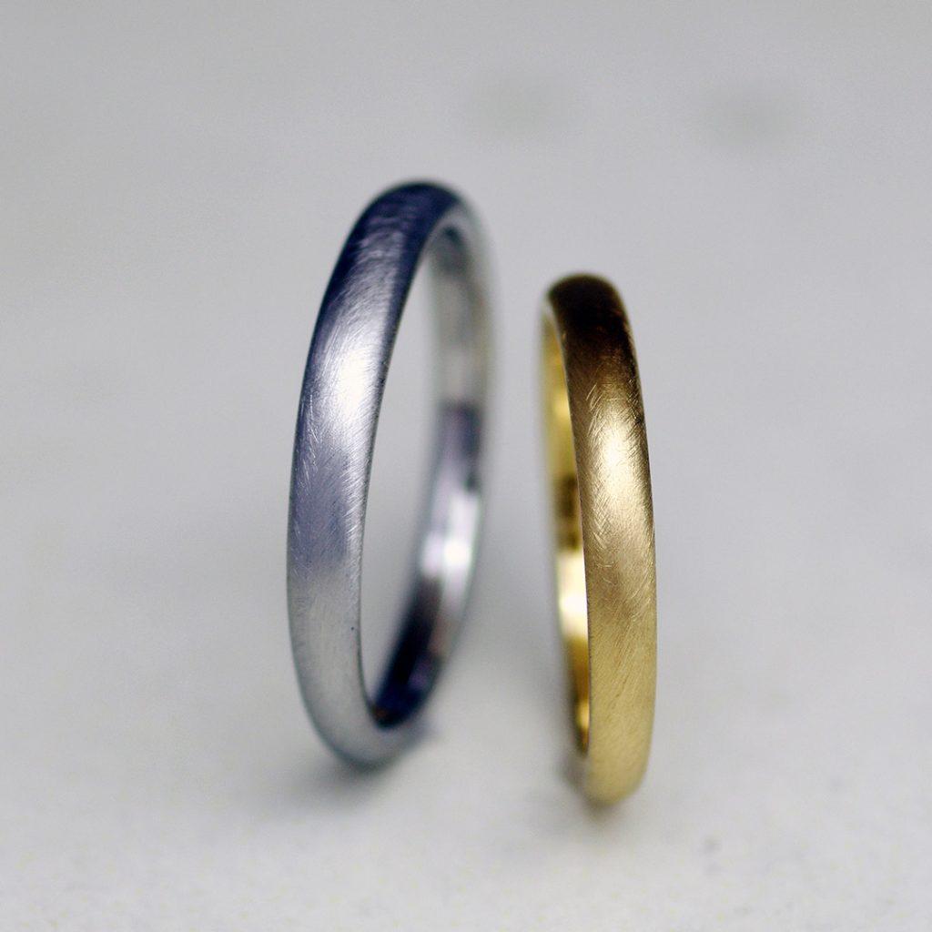 前後で幅が違うシンプルだけど個性的な結婚指輪(マリッジリング)