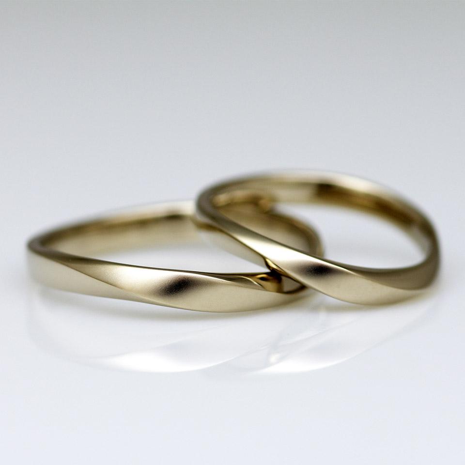 ブライダルリングらしいデザインのウェーブひねりの結婚指輪