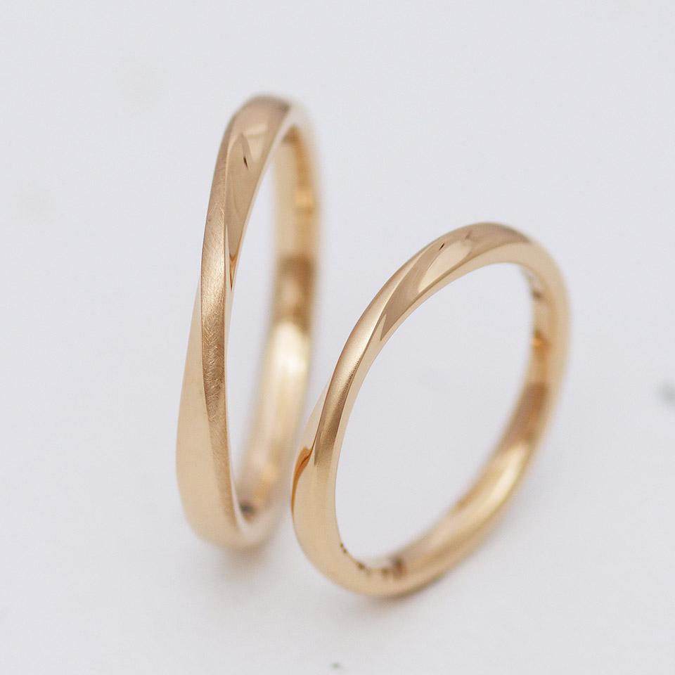 メビウス状のひねりを加えたピンクゴールドの結婚指輪