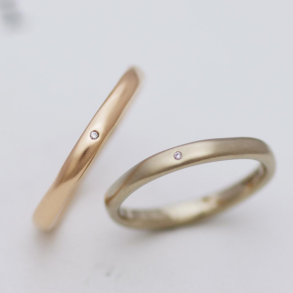 1つの原石からなる2粒のダイヤモンドを配した結婚指輪