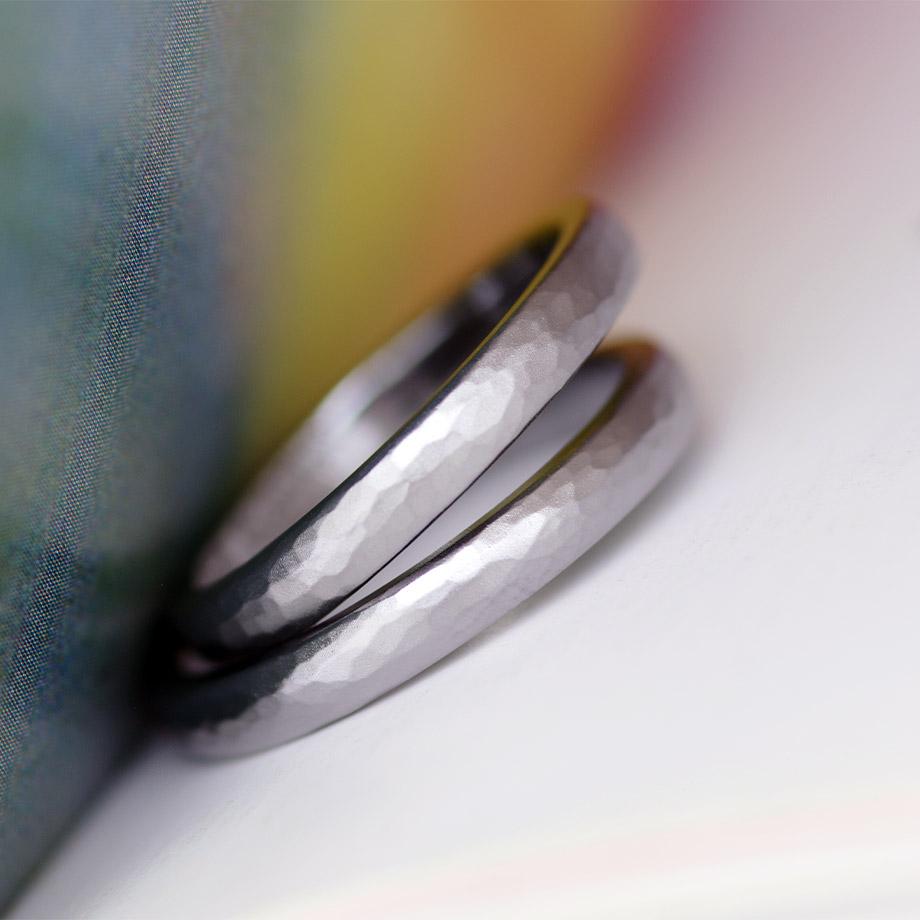 かっこいい鎚目デザインのタンタル結婚指輪