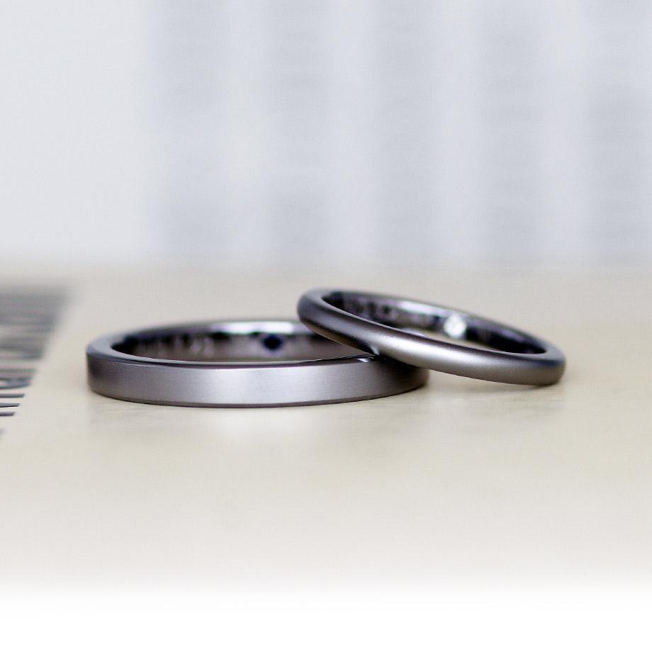 平打ちと甲丸のタンタルの結婚指輪